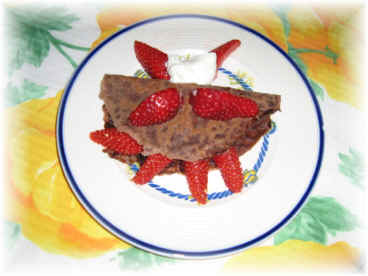 crepés al chocolate con yogurt y fresas